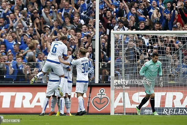 2 Bundesliga 2013/14 FC St Pauli DSC Arminia Bielefeld Spieler des DSC Arminia Bielefeld bejubeln das Tor durch einen Elfmeter von Thomas Huebener...