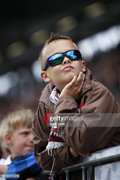 2 Bundesliga 2013/14 FC St Pauli DSC Arminia Bielefeld Junger Fan des FC St Pauli mit einer Sonnenbrille // © Philipp Szyza