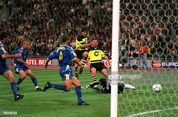 Football UEFA Champions League Final Munich Germany 28th May 1997 Borussia Dortmund 3 v Juventus 1 Borussia Dortmund's Karlheinz Riedle scores his...