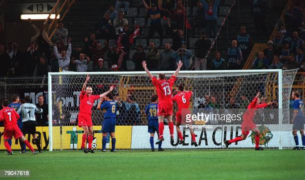 Football UEFA Cup Final 16th May 2001 Dortmund Germany Liverpool 5 v Deportivo Alaves 4 Liverpool players celebrate the winning Golden Goal as Geli...