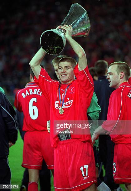 Football UEFA CUP Final 16th May 2001 Dortmund Germany Liverpool 5 v Deportivo Alaves 4 Liverpool goalscorer Steve Gerrard proudly holds aloft the...