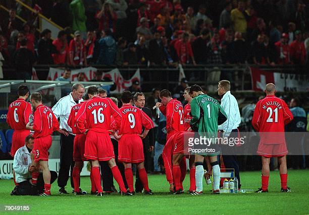 Football UEFA CUP Final 16th May 2001 Dortmund Germany Liverpool 5 v Deportivo Alaves 4 Liverpool manager Gerard Houllier gives instructions to his...