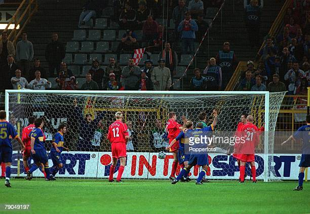 Football UEFA CUP Final 16th May 2001 Dortmund Germany Liverpool 5 v Deportivo Alaves 4 Alaves' Jordi Cruyff scores a dramatic last minute goal to...