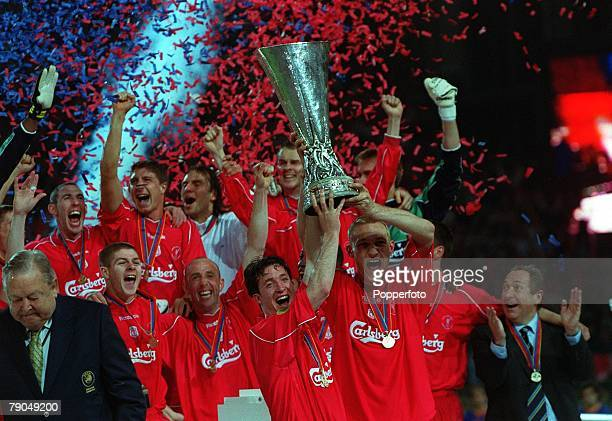 Football UEFA CUP Final 16th May 2001 Dortmund Germany Liverpool 5 v Deportivo Alaves 4 Liverpool's Robbie Fowler and Sammy Hyypia jointly hold aloft...