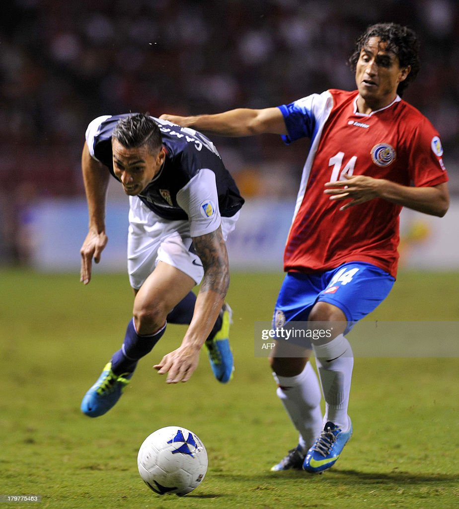 Footballer Geoffrey Cameron (L) of the United States is marked by Costa Rican <a gi-track='captionPersonalityLinkClicked' href=/galleries/search?phrase=Randall+Brenes&family=editorial&specificpeople=2275484 ng-click='$event.stopPropagation()'>Randall Brenes</a> during their Brazil 2014 FIFA World Cup CONCACAF qualifier match, at the National Stadium in San Jose, Costa Rica, on September 6, 2013. AFP PHOTO/Hector RETAMAL