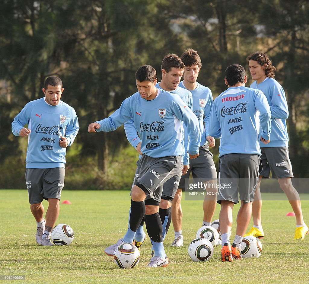 Footballer Ignacio Gonzalez (C) controls the ball during a training session of the Uruguayan national team in Canelones, near Montevideo, on May 28, 2010.