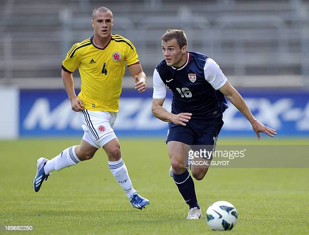 US footballer Jordan Morris vies for the ball with Colombian Andres Correa during the International ''Espoirs'' football tournament at the des...