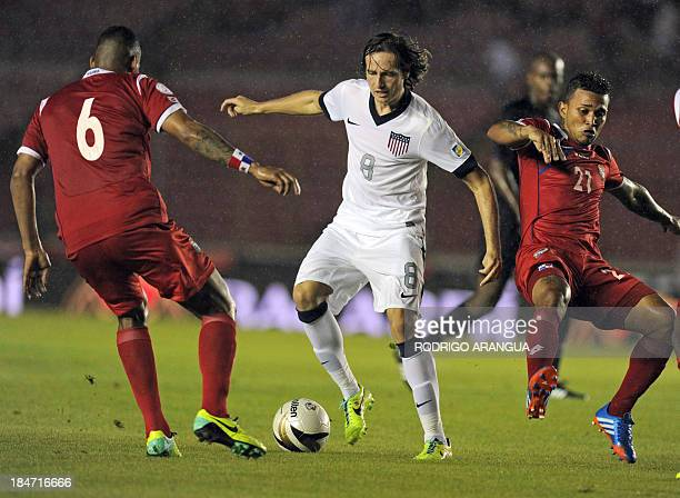 US footballer Mix Diskerud vies for the ball with Panama's Gabriel Gomez and Amilcar Henriquez during their Brazil 2014 FIFA World Cup Concacaf...