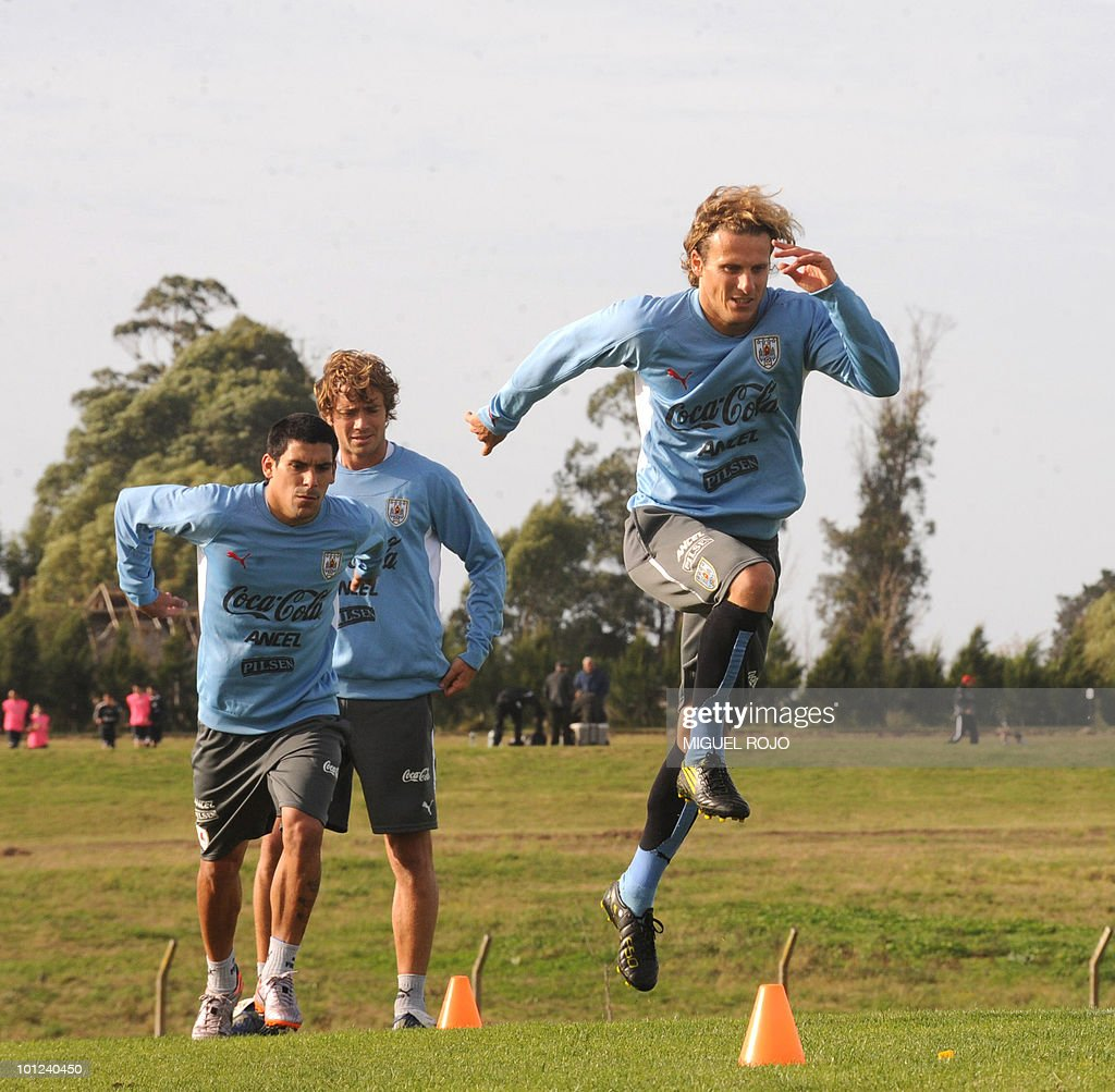 Footballers Diego Forlan (R), Maximiliano Pereira (C) and Diego Lugano during a training session of the Uruguayan national team in Canelones, near Montevideo, on May 28, 2010.