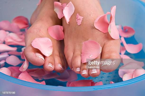 Pediluvio con petali di rosa
