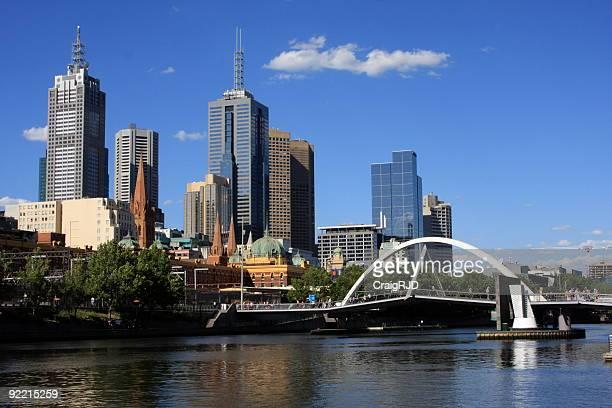 Puente peatonal frente al río Yarra a Melbourne