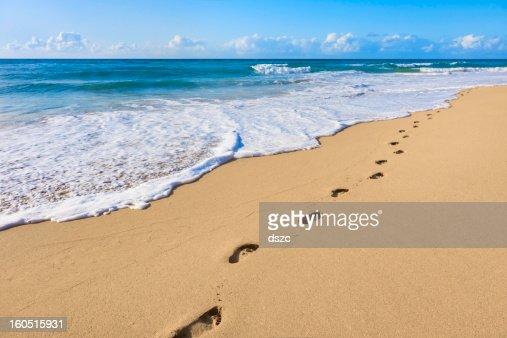Empreintes de pas sur le sable, l'océan Pacifique, surf, plage tropicale, île de Kauai, Hawaï