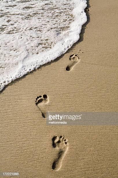 Impronte nella sabbia sulla spiaggia