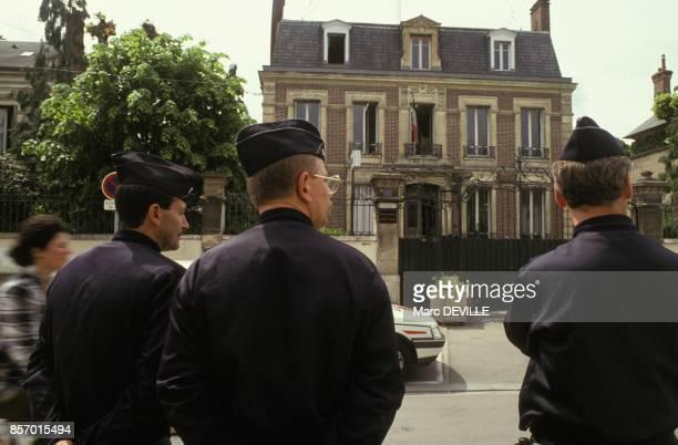 Forces de l'ordre dans une rue de Mantes apres la mort d'un policier et d'un jeune beur le 9 juin 1991 a MantesLaJolie France