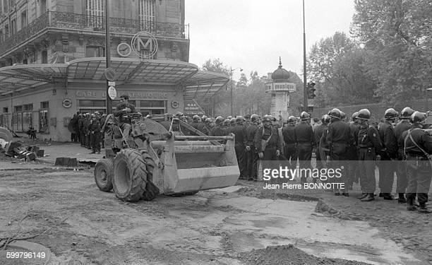 Forces de l'ordre à l'angle du boulevard SaintMichel et de la rue GayLussac après la violente manifestation de la nuit précédente le 11 mai 1968 à...
