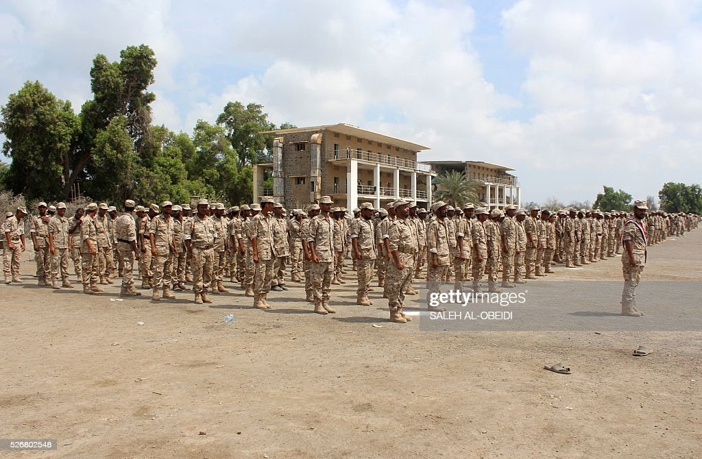Forces loyal to the Saudi-backed Yemeni president march during a graduation ceremony at a military base in Khor Maksar, in the Yemeni southern port city of Aden, on May 1, 2016. / AFP / SALEH