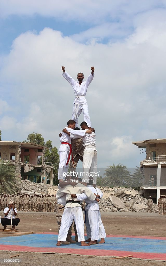 Forces loyal to the Saudi-backed Yemeni president show their skills during a graduation ceremony at a military base in Khor Maksar, in the Yemeni southern port city of Aden, on May 1, 2016. / AFP / SALEH