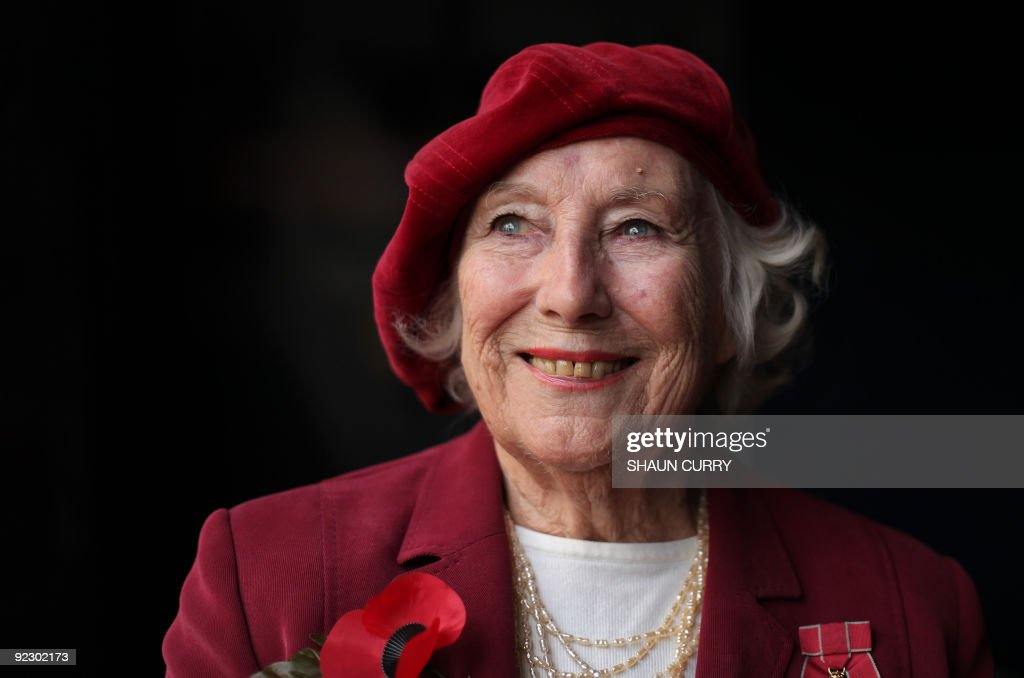 Forces sweetheart Dame Vera Lynn poses for photographs in central London, on October 22, 2009. Forces sweetheart Dame Vera Lynn on Thursday joined soprano singer Hayley Westenra for an emotional rendition of the classic wartime song We'll Meet Again to officially launch the Royal British Legion's poppy appeal. AFP PHOTO/Shaun Curry