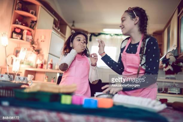 Forçant sa petite soeur à manger leur Cookie après cuisson classe
