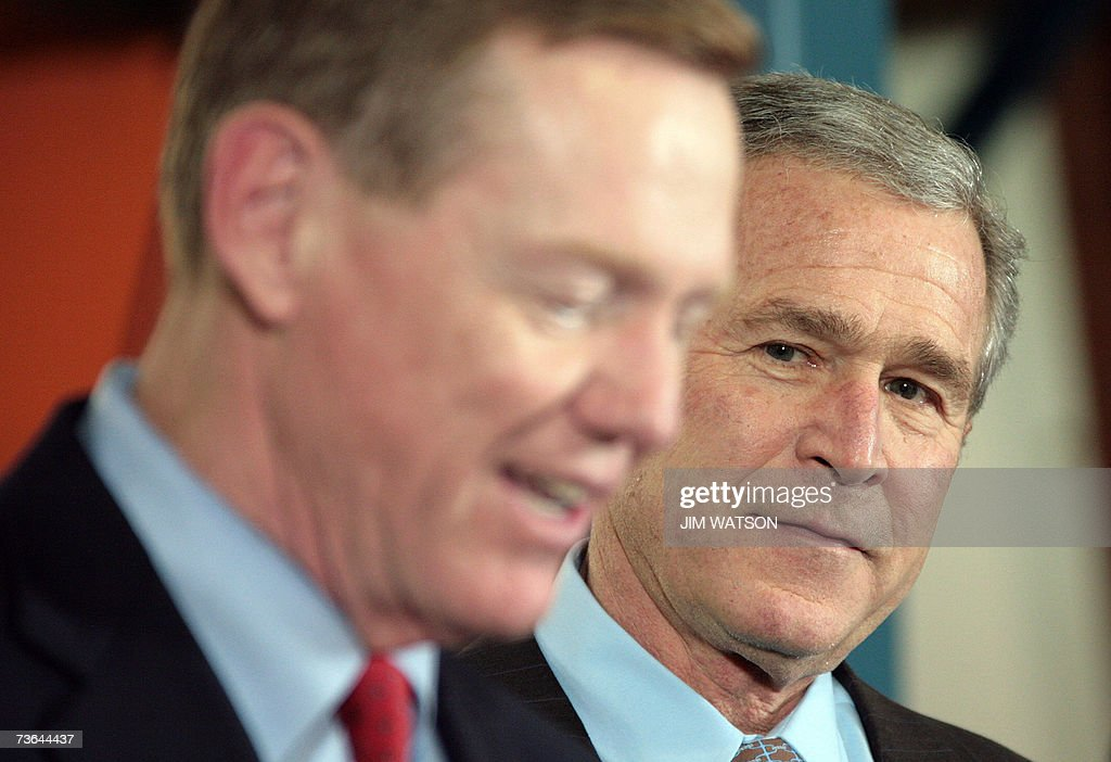 Ford Motor Company President and CEO Alan Mulally (L) introduces US President George W. Bush (R) at the Kansas City Ford Assembly Plant in Claycomo, Missouri, 20 March 2007. AFP PHOTO/Jim WATSON