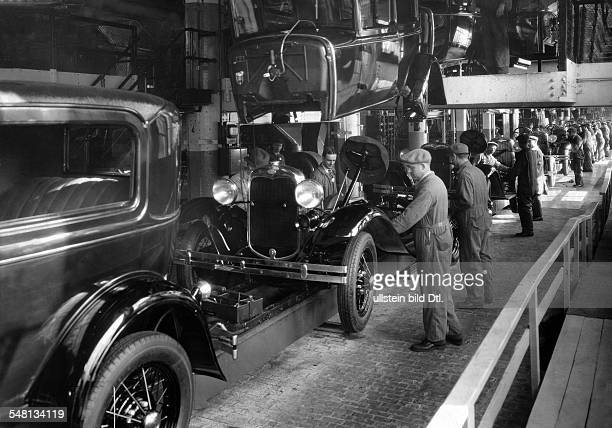 USA Ford Motor Company work on the assembly line 1920ies Vintage property of ullstein bild