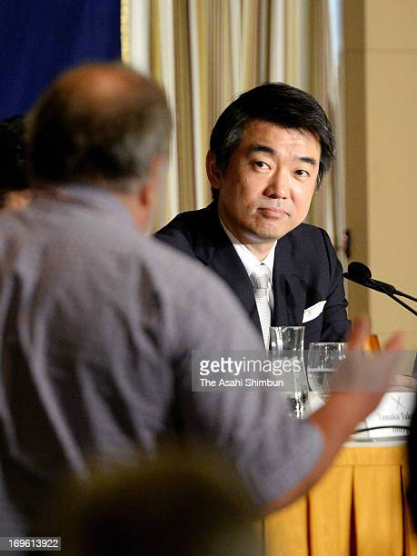 A foreign media reporter ask a question to Osaka mayor and Japan Resotration Party coleader Toru Hashimoto during a press conference at the Foreign...