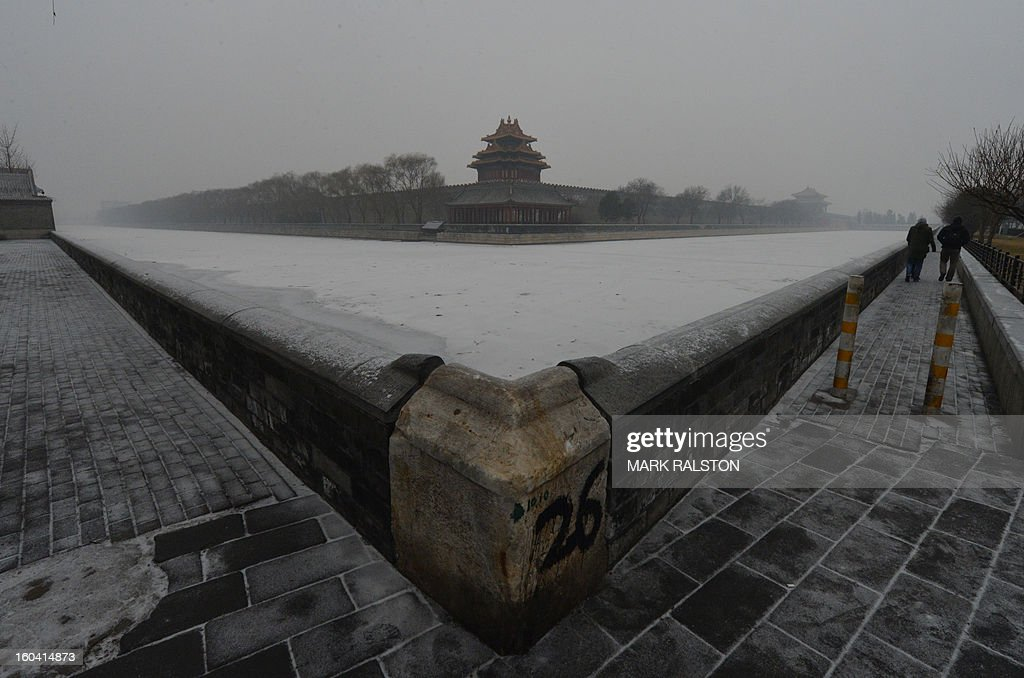 Foreign tourists walk in front of the Forbidden City as smog continues to shroud Beijing on January 31, 2013. Doctors in Beijing said on January 31 that hospital admissions for respiratory complaints rose in recent days during the latest bout of air pollution to cover northern China. AFP PHOTO/Mark RALSTON