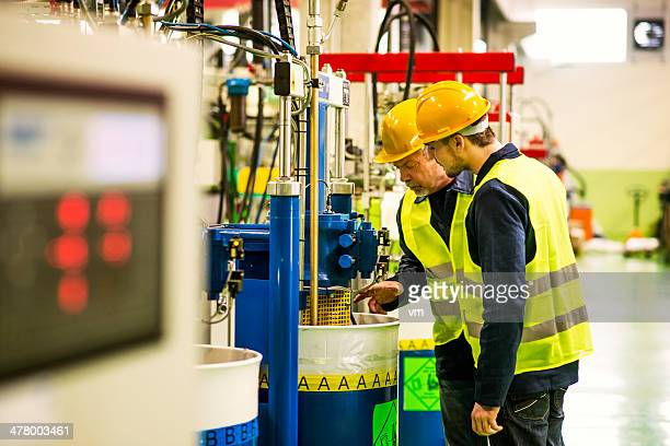 Foreman und Arbeiter in der Fabrik