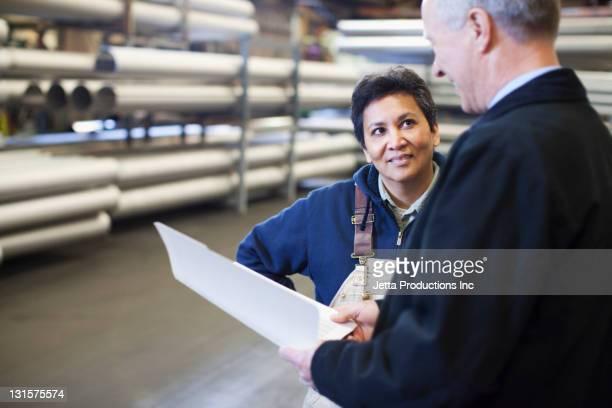 Vorarbeiter im Gespräch mit Arbeiter in der Fabrik