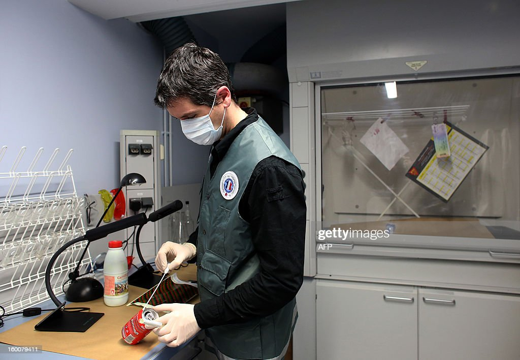 A forensic expert picks up clues during a mock exercise to present the work of a Police Technique et Scientifique (PTS, technical and scientific police) unit, on January 25, 2013 at Poissy, west of Paris.