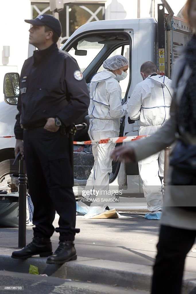 Forensic experts and police officers look for evidence outside the jewellery store which was attacked by unidentified men with a motorized battering ram (L) on May 5, 2014 in Paris' Opera district.