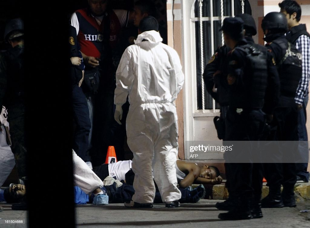 Forensic personnel and policemen arrive at the crime scene where four people were shot dead in Monterrey City, Nuevo Leon state on February 11, 2013. AFP PHOTO / Julio Cesar AGUILAR