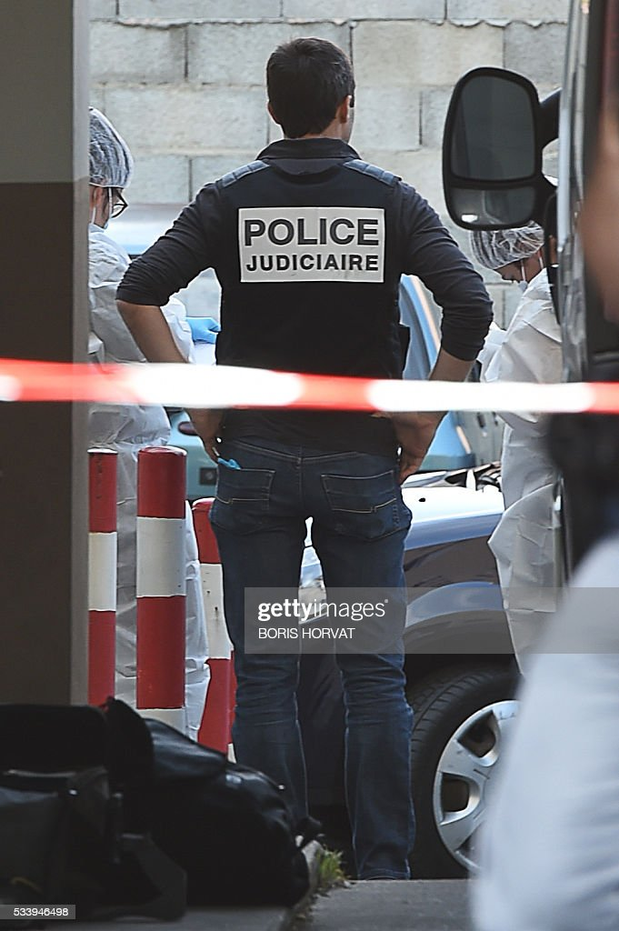 Forensic police investigate a crime scene next to the body of a man who was shot in Marseille, on May 24, 2016. / AFP / BORIS