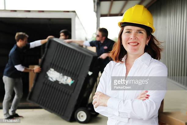 Forewoman devant des travailleurs de chargement Camion de déménagement