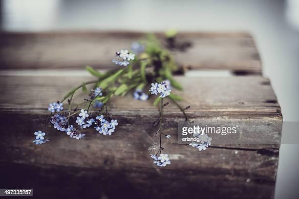 ノルウェー、ワスレナグサ花で古い木製の箱