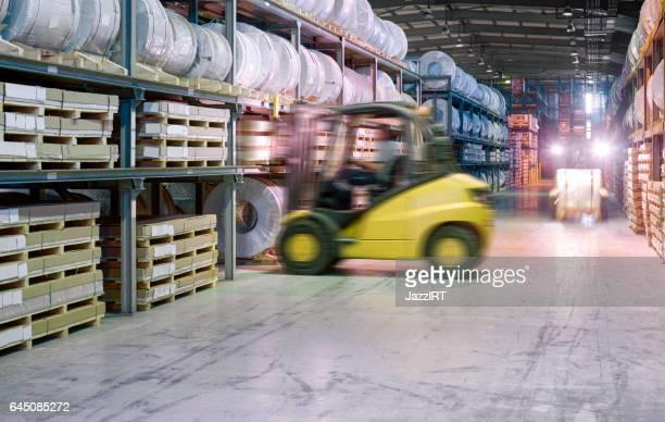 Heftruck uitvoering kartonnen doos in het magazijn