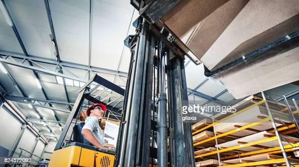 Opérateur de chariot élévateur dans un entrepôt de distribution