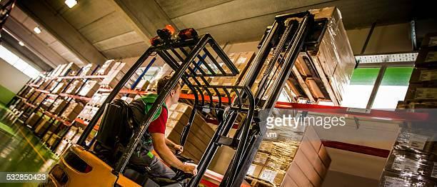Operador de máquina elevadora de carregar uma Palete