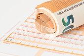 Eine Formular für eine Banküberweisung und Euro Geldscheine