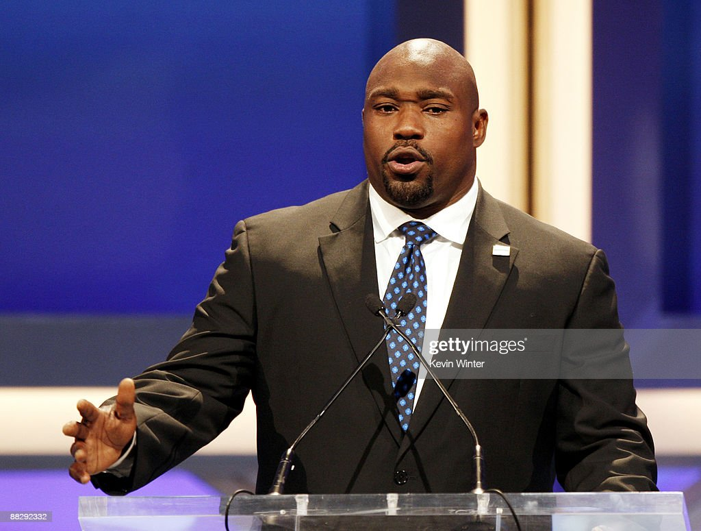 Formar NFL player <a gi-track='captionPersonalityLinkClicked' href=/galleries/search?phrase=Warren+Sapp&family=editorial&specificpeople=162706 ng-click='$event.stopPropagation()'>Warren Sapp</a> appears onstage at the Cedars-Sinai Medical Center's 24th Annual Sports Spectacular at the Century Plaza Hotel on June 7, 2009 in Los Angeles, California.