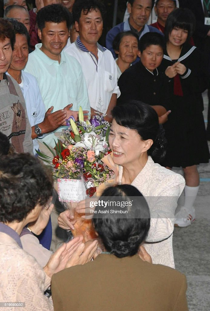 Former abductee by North Korea Fukie Hamamoto receives a flower bouquet on arrival at her home on October 17 2002 in Obama Fukui Japan