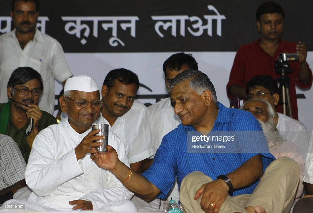 'NEW DELHI, INDIA - AUGUST 3: Former Army chief Gen VK Singh offers glass of water to Anna Hazare who is on fast to break his six-day long fast on August 3, 2012 in New Delhi, India. (Photo by Vipin Kumar/Hindustan Times via Getty Images) '