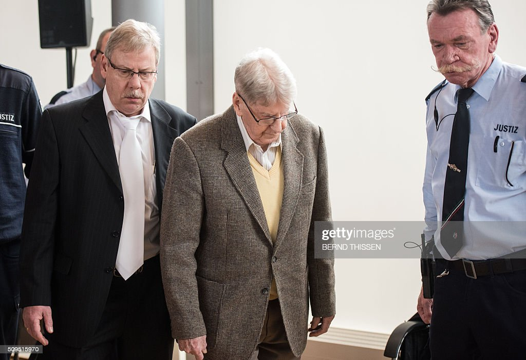Former Auschwitz guard Reinhold Hanning (C) arrives for his trial with his lawyer Andreas Scharmer (L)at the court in Detmold, western Germany, on February 11, 2016. The 94-year-old former Auschwitz guard went on trial for complicity in the murders of tens of thousands of people at the Nazi concentration camp. / AFP / POOL / Bernd Thissen