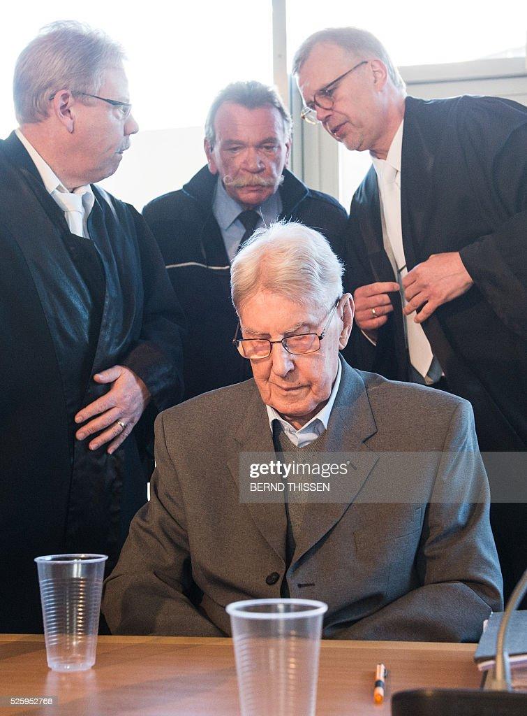 Former Auschwitz guard Reinhold Hanning (C) is seen in court waiting for the continuation of his trial at the court in Detmold, western Germany,on April 29, 2016, in background are seen his lawyers Andreas Scharmer (L) and Johannes Salmen (R). The 94-year-old former Auschwitz guard is on trial for complicity in the murders of tens of thousands of people at the Nazi concentration camp. / AFP / POOL / Bernd Thissen