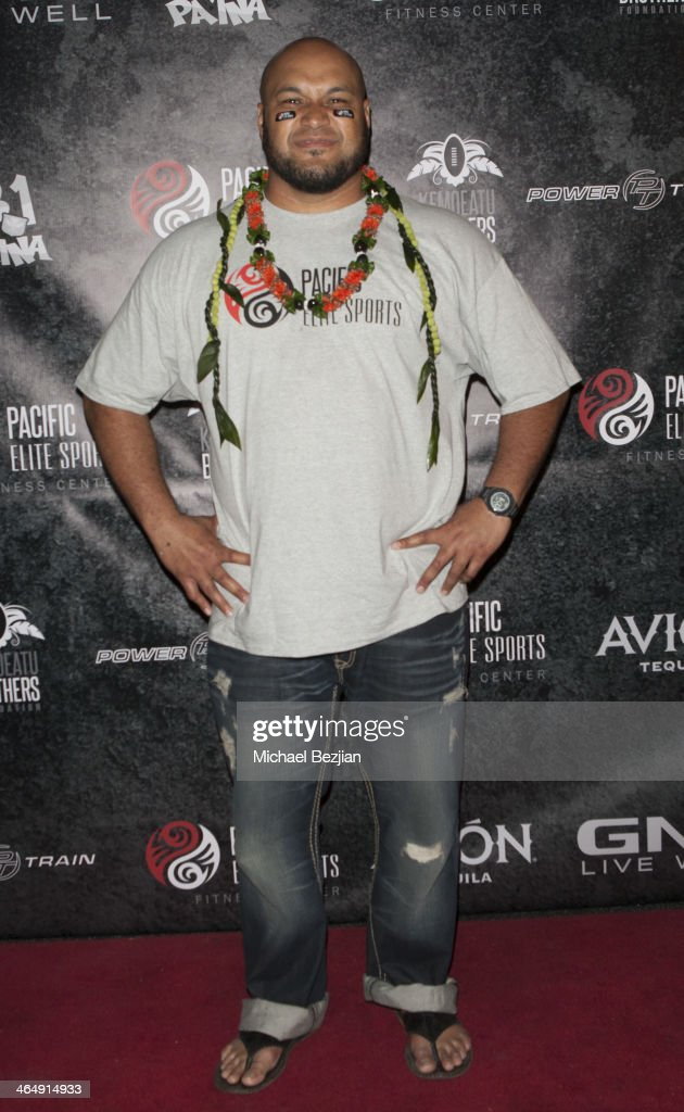 Former Baltimore Ravens player Maake Kemoeatu signs autographs at the Pacific Elite Sports Fitness Center Grand Opening on January 24 2014 in Kaneohe...