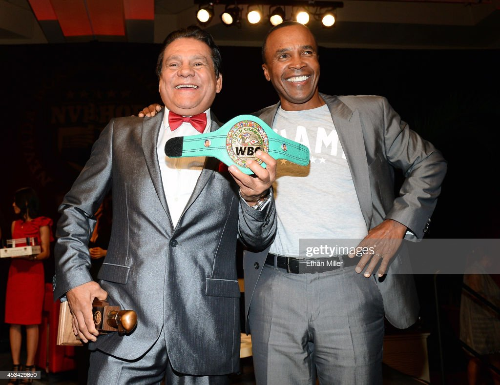 Former boxer Roberto Duran (L) is inducted into the Nevada Boxing Hall of Fame by former boxer <a gi-track='captionPersonalityLinkClicked' href=/galleries/search?phrase=Sugar+Ray+Leonard&family=editorial&specificpeople=206479 ng-click='$event.stopPropagation()'>Sugar Ray Leonard</a> at the second annual induction gala at the New Tropicana Las Vegas on August 9, 2014 in Las Vegas, Nevada.