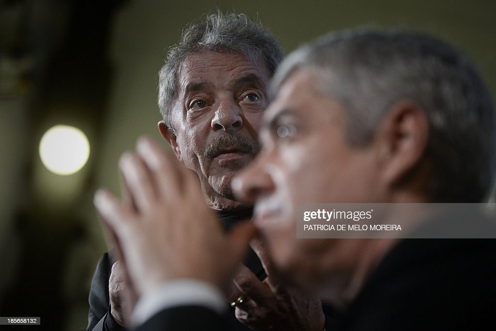 Former Brazilian President Luiz Inacio Lula da Silva (L) speaks during the presentation of the book 'Trust in the World, About Torture in Democracy' by former Portuguese Prime Minister Jose Socrates, in Lisbon on October 23, 2013.