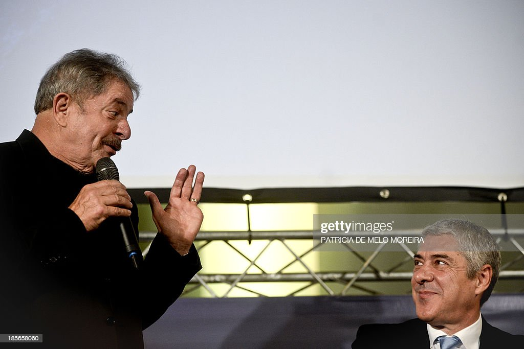 Former Brazilian President Lula da Silva (L) speaks during the presentation of the book 'Trust in the World, About Torture in Democracy' by former Portuguese Prime Minister Jose Socrates (R), in Lisbon on October 23, 2013.