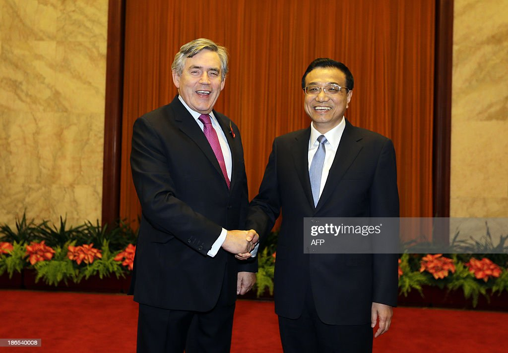 Former British Prime Minister Gordon Brown (L) shakes hands with China's Premier Li Keqiang before the opening ceremony of the 21st Century Council Beijing Conference at the Great Hall of the People in Beijing on November 1, 2013. The forum organised by the Berggruen Institute of Governance is being held in Beijing from November 1-3. AFP PHOTO /Jason Lee/POOL