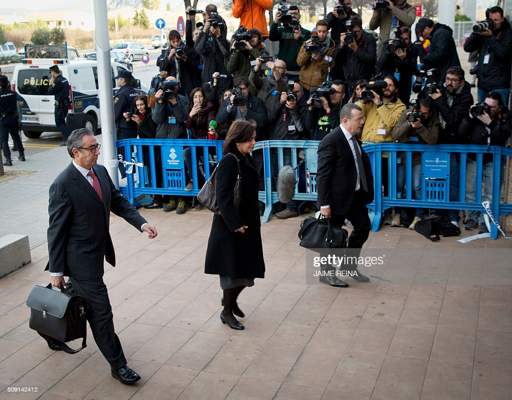 Former business partner of Inaki Urdangarin, Diego Torres (L), his wife Ana Maria Tejeiro (C) and lawyer of Diego Torres, Manuel Gonzalez Peters arrive for a hearing held in the courtroom at the Balearic School of Public Administration (EBAP) building in Palma de Mallorca, on the Spanish Balearic Island of Mallorca on February 9, 2016. The trial for corruption in a high stakes case of Spain's Princess Cristina, the sister of King Felipe VI, and her husband, former Olympic handball player Inaki Urdangarin, started again today in Palma. / AFP / JAIME REINA